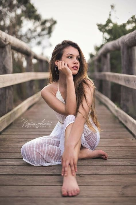 outdoor poses for photography female