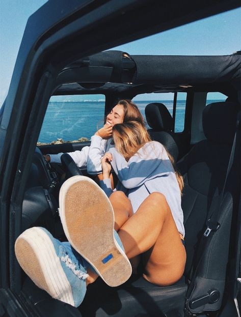 girls travel and photography